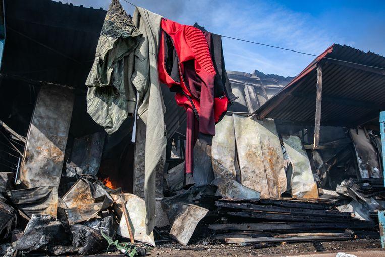 Een zware brand heeft zondagnacht een fruitloods in Sint-Truiden vernield.