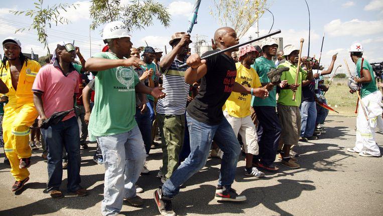 Het is nog niet duidelijk hoeveel mijnwerkers het werk hebben neergelegd, maar volgens Zuid-Afrikaanse media gaat het om zeker 2000 mensen. Beeld ap