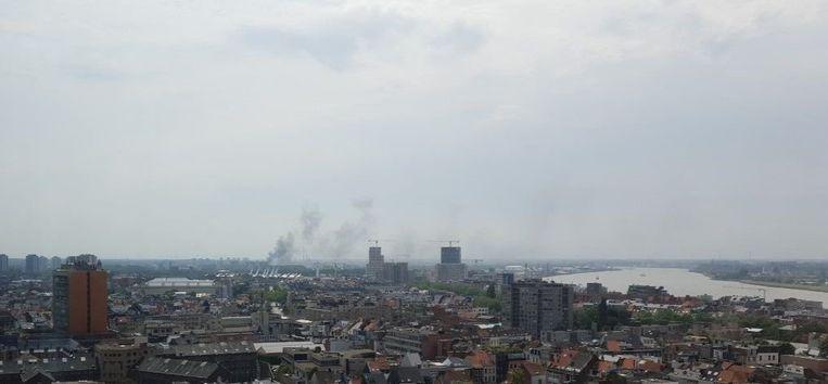 De rookpluim boven Antwerpen-Zuid was van ver te zien dinsdagnamiddag.