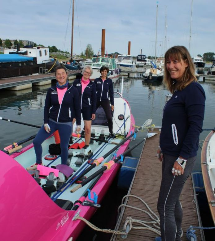 Désirée Kranenburg, Remke van Kleij, Bela Evers en Astrid Janse (op de steiger) bij hun roeiboot Liberty waarmee ze in december de Talisker Whiskey Atlantic Challenge gaan roeien.