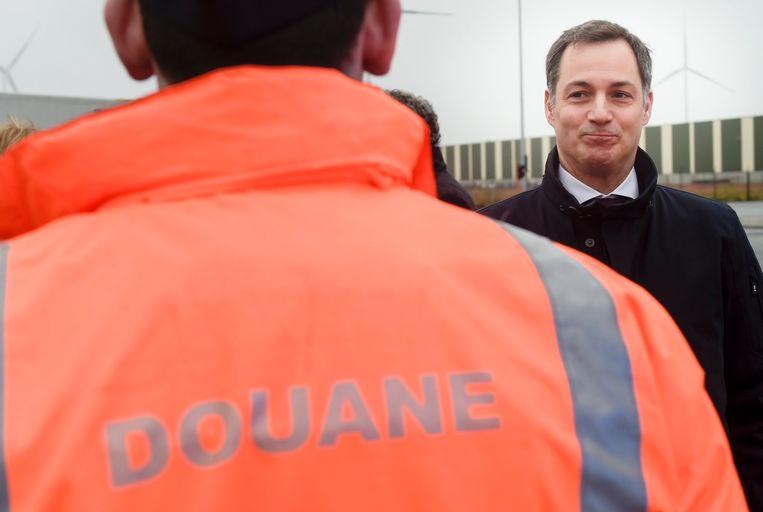Vanaf woensdag zullen tot honderd douaniers worden ingezet om de federale wegpolitie bijstand te leveren. Minister van Financiën Alexander De Croo (Open Vld) heeft daarvoor het licht op groen gezet.