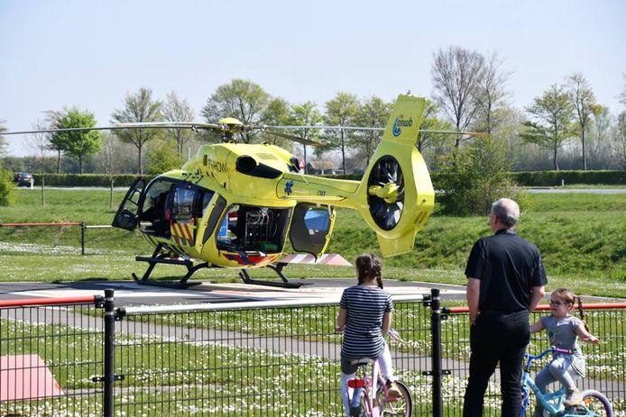 De Lifeliner staat klaar bij ziekenhuis ZorgSaam in Terneuzen om een coronapatiënt over te brengen naar een ander ziekenhuis.