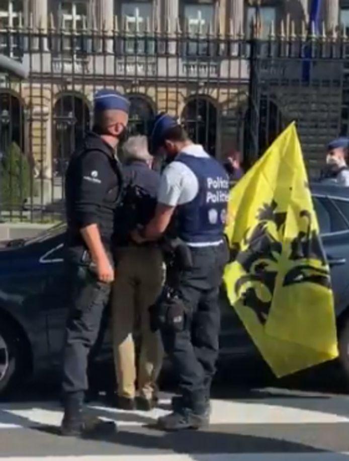 Gerolf Annemans wordt opgepakt door de politie.