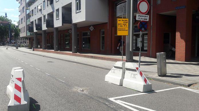 Wegversmalling op de hoek Van Berckelstraat-Noordwal. Tussen de versmallingen komt een klappaaltje te staan dat even verderop al is geplaats. De paaltjes moeten automobilisten ervan weerhouden door te rijden.