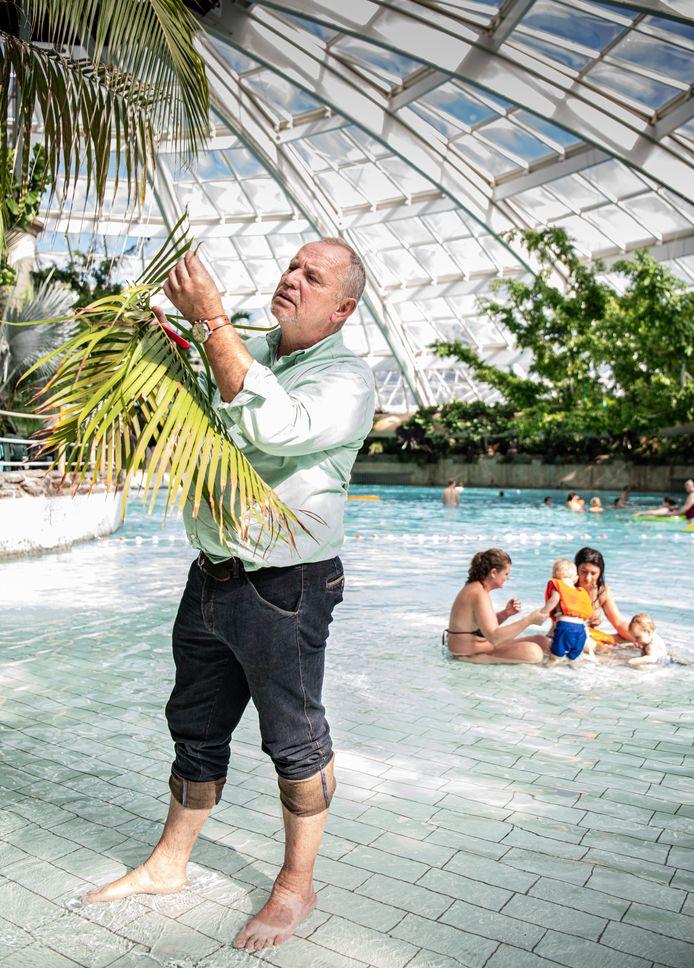 Bioloog Jean Henkens waakt voor Center Parcs over al het groen in de vakantieparken.