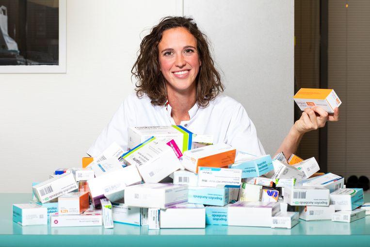 Evelyn Brakema met een gemiddelde dagelijkse hoeveelheid medicijnen die wordt teruggebracht naar de apotheek om ongebruikt te worden vernietigd. Beeld Martijn Gijsbertsen