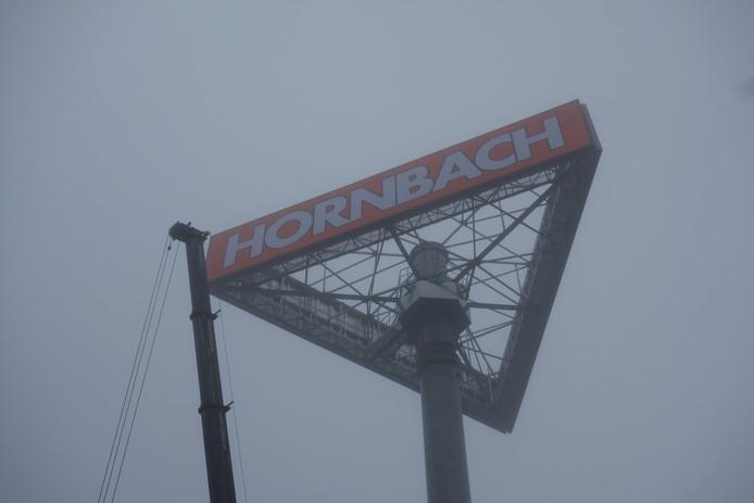 Het duurt lang voordat er een nieuwe attentiemast staat bij de Hornbach in Zwolle.