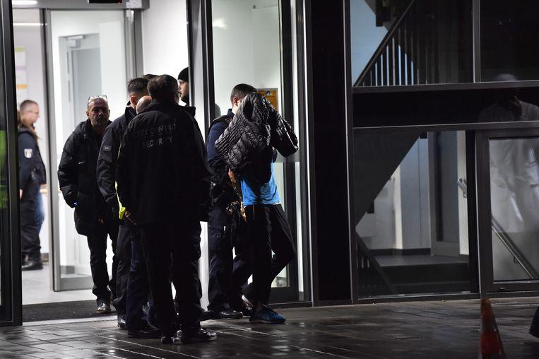 De politie arresteert de man die  Von Weizsäcker heeft neergestoken.  Beeld AFP