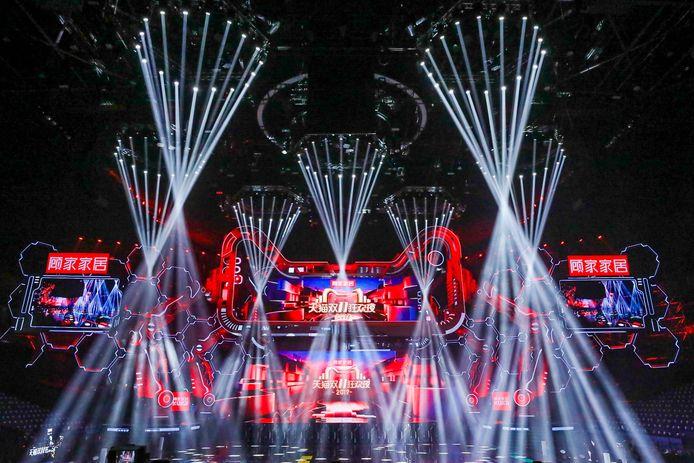 Het begin van Singles Day in China, met onder meer een grote show in een winkelcentrum.