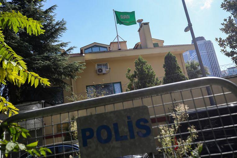 Het consulaat is ondertussen afgezet door de politie.