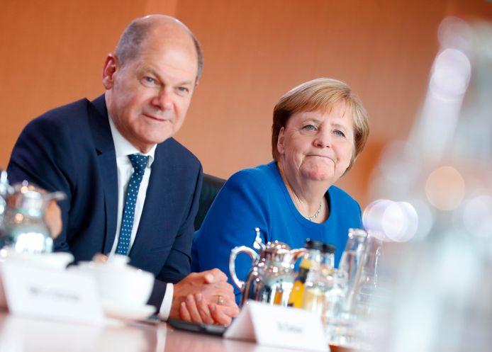 Duits bondskanselier Angela Merkel (CDU) met haar vicepremier Olaf Scholz (SPD).
