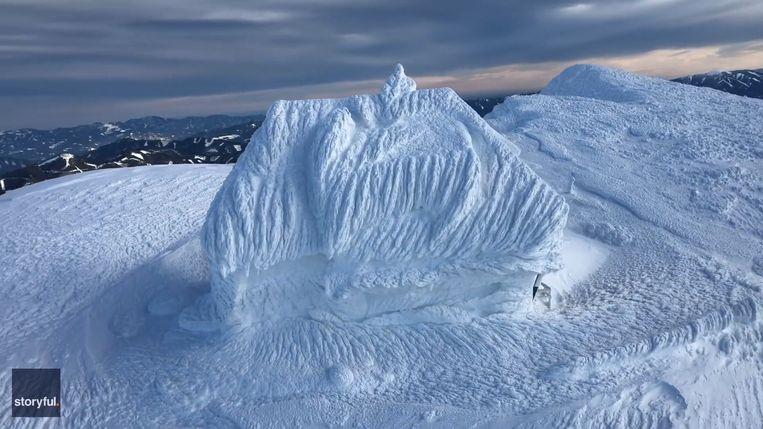 Een huis in het Eisenerzer Reichenstein-gebergte in Oostenrijk is volledig met sneeuw bedekt.