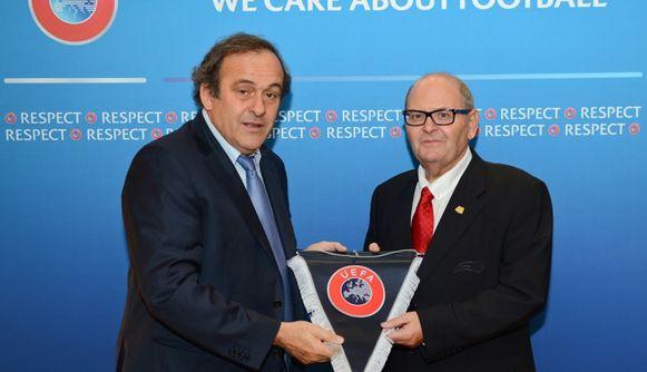 Victor Santos (rechts) aan de zijde van Michel Platini.