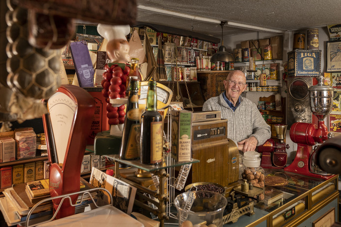 Dhr. Veenendaal in zijn kruideniersmuseum