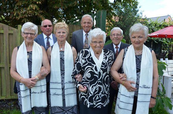 Greta (72), Maria (70) en Frida (73) met mama Tineke (96) en hun echtgenoten.