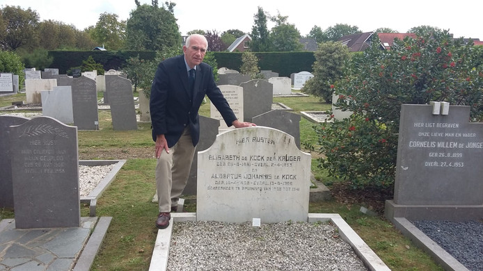Adri Moelijker bij het graf van dokter de Kock op de oude begraafplaats aan de Molenweg in Bruinisse