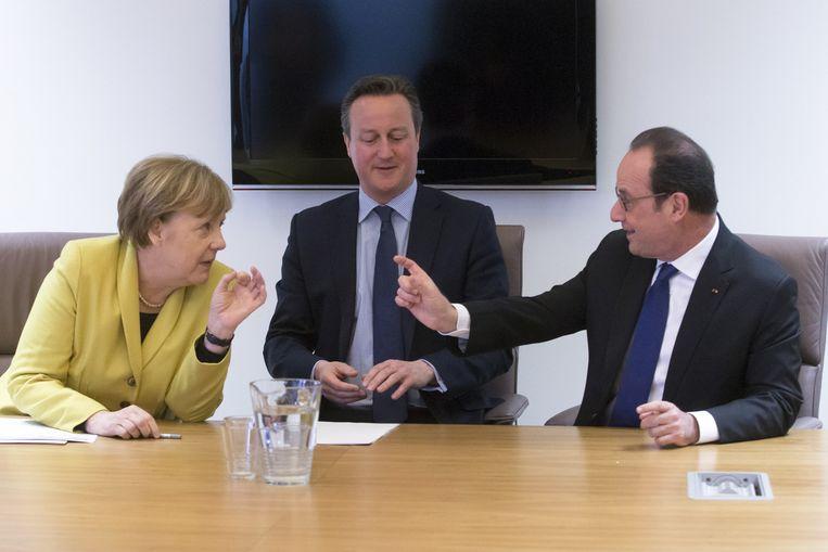 De Duitse Merkel, Britse Cameron en Franse Hollande in overleg tijdens de EU-top in Brussel. Beeld ap