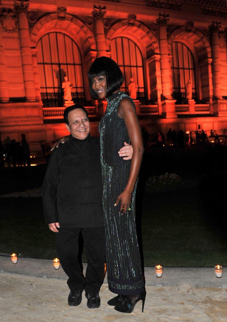 Naomi Campbell naast Azzedine in een jurk van hem.