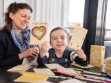 Micha (4) uit Made kleurt kaarten voor 'zielige coronamensen in het ziekenhuis'