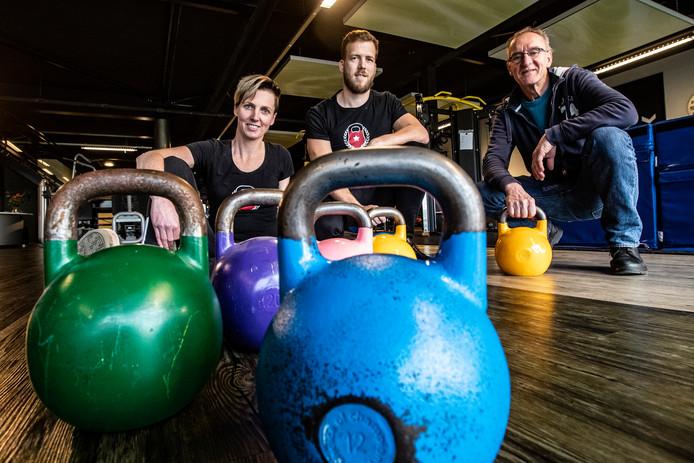 Ilse Enzerink, Dennis Eikelboom en Nico Langereis (vlnr) doen dit weekeinde mee aan het NK kettlebell in Raalte.