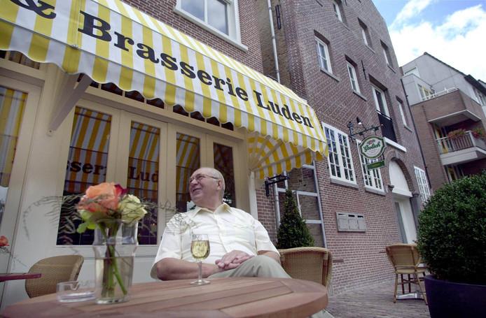 Oud-wethouder Cor Bolmers, ook wel bekend als 'de sloper van Schiedam', is op 9 april overleden.