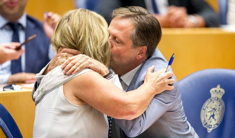 D66 kamerlid Pia Dijkstra wordt gefeliciteerd door fractievoorzitter Alexander Pechtold na aanname van haar wetsvoorstel tot wijziging van de Wet op de orgaandonatie in de Tweede Kamer. Beeld anp