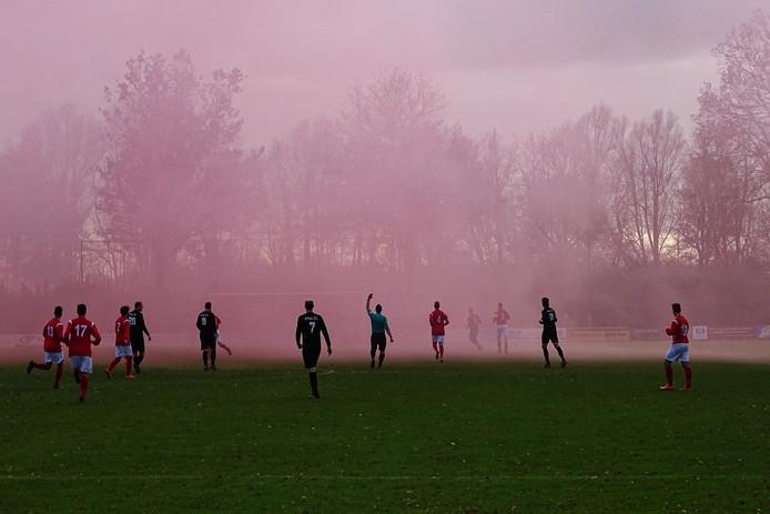 Minuten na het begin van de wedstrijd was de rook voor Niek nog niet weggetrokken.