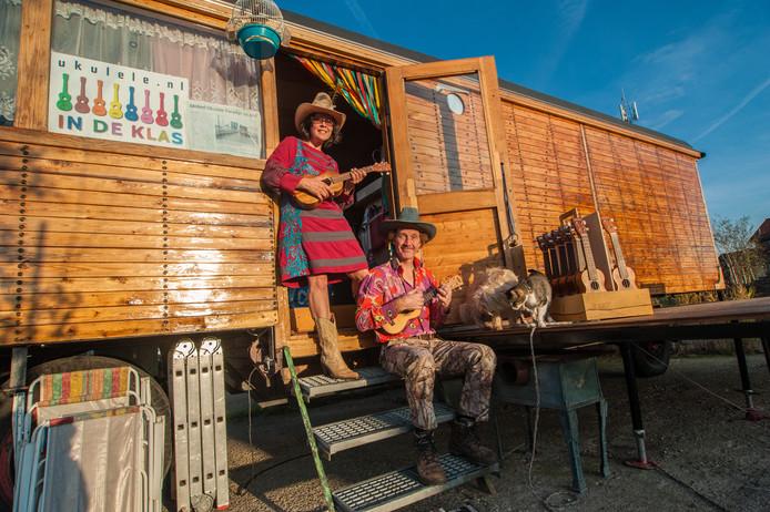 Eveline Ketterings en Macel van der Zwet voor hun circuswagen.