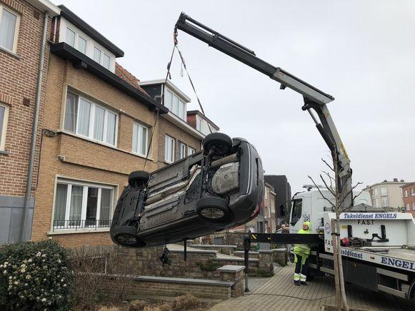 Een takeldienst moest de Citroën van de oprit halen.