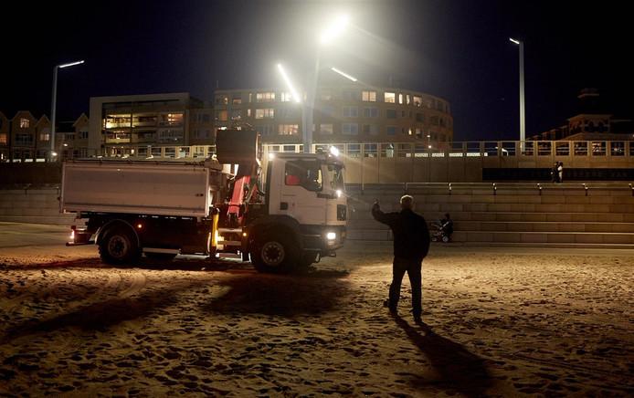 Door het springtij zijn er spijkers van de pallets van de vreugdevuren op het (Zuider)strand terechtgekomen.