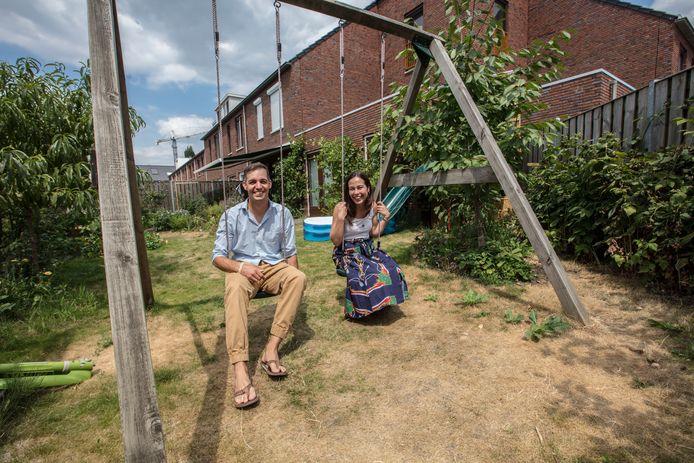 Isabel Marquez de la Rosa en Stefan Pfundtner in de tuin van hun nieuwe woning aan de Guldenstraat in Eindhoven.
