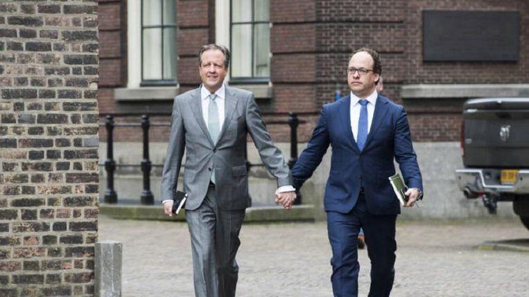 Alexander Pechtold en Wouter Koolmees (D66) hand in hand solidair met homo's. Beeld null