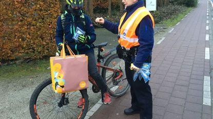 Politie deelt gadgets uit aan jeugd die naar school fietst