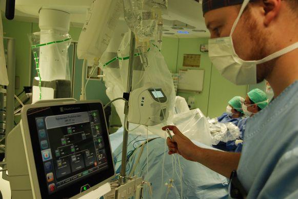Een supercomputer voorspelt in het UZ Brussel wanneer patiënten tijdens een operatie een bloeddrukval zullen krijgen.