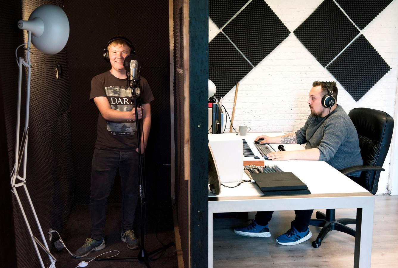 Nils van Berkum (rechts) in de geluidsstudio met de leergierige Sanne (18) uit De Hoef.