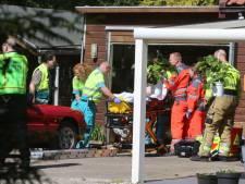 Man maakt harde val in smeerput tijdens klussen aan oldtimer in Haaren, moet gewond naar het ziekenhuis