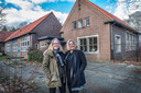 Laura en Chantal de Waal bij de oude Antoniusschool in Alverna, de gedroomde locatie voor Waalzorg die aan hun neus voorbij is gegaan.