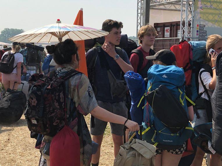 Een andere festivalganger zocht de schaduw op onder haar paraplu