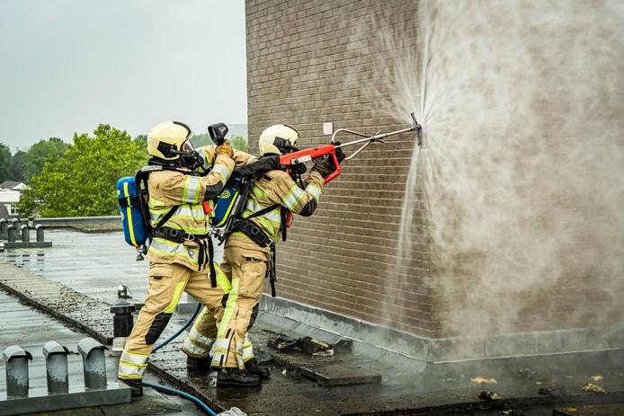 De brandweer zet de zogeheten cobra cutter in.