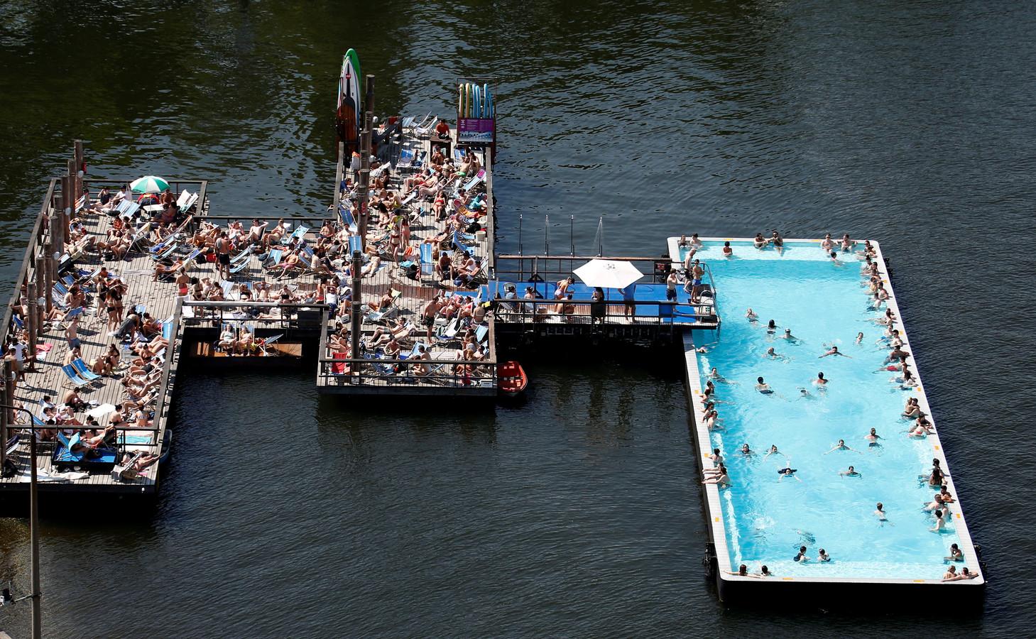Voor inspiratie is er met name gekeken naar het drijvende zwembad Bassin de la Villette in Parijs, maar ook naar het Badeschiff in Berlijn (hier op de foto).