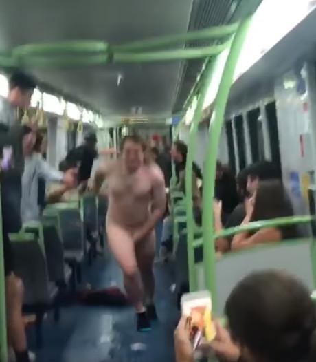 Blote Australiër zorgt voor gejuich met stunt in volle trein
