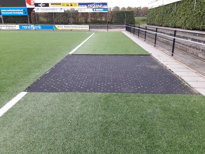 Op verschillende plekken werden stukken kunstgras uit het voetbalveld gesneden.