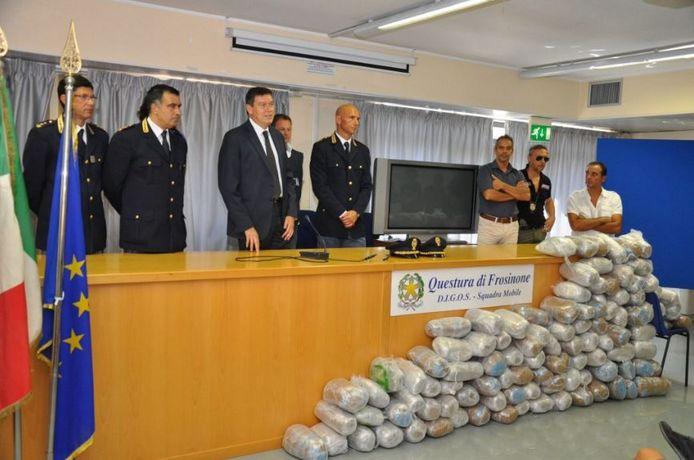 In 2016 rolde de Italiaanse politie een drugsbende op die ook in Den Haag actief was. Vijftien leden werden gearresteerd. Alfredo M. bleef voortvluchtig. Uitgestald liggen in beslag genomen pakketten cocaïne en hasj.