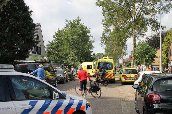 Een man raakte maandagochtend zwaargewond in Ermelo toen hij van een dak viel.