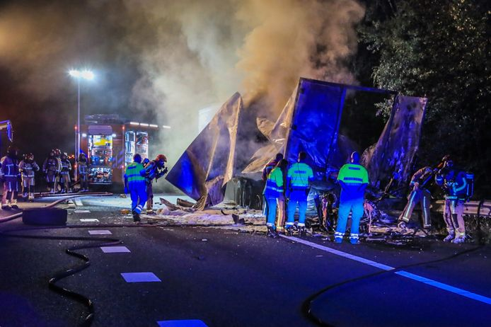 Een automobilist is in de nacht van donderdag op vrijdag om het leven gekomen nadat hij met zijn auto op een geparkeerde vrachtwagen reed op de A67 bij Asten, in de richting van Eindhoven.