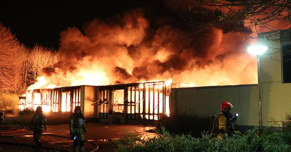 Corona hindert bluswerk basisschool Lelystad: brandweer laat vuurzee ongemoeid vanwege seniorenwoningen vlakbij. @LIDWIEN123 @blik