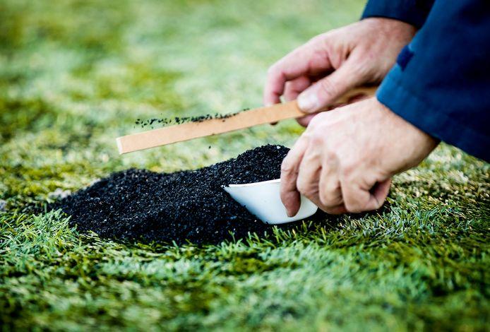 De gemeente Hellendoorn wil voorkomen dat deze rubberen korreltjes in het milieu terecht komen.