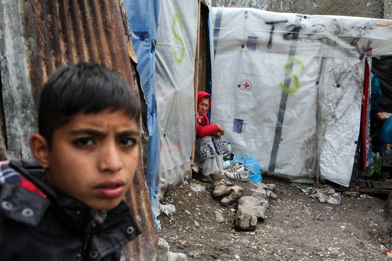 Migranten in zelfgemaakte tentjes even buiten kamp Moria op het Grieke eiland Lesbos.  Beeld REUTERS