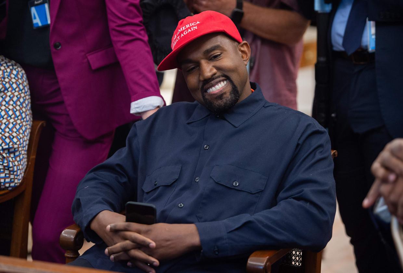 Kanye West tijdens zijn gesprek met president Trump in het Witte Huis. Beeld AFP