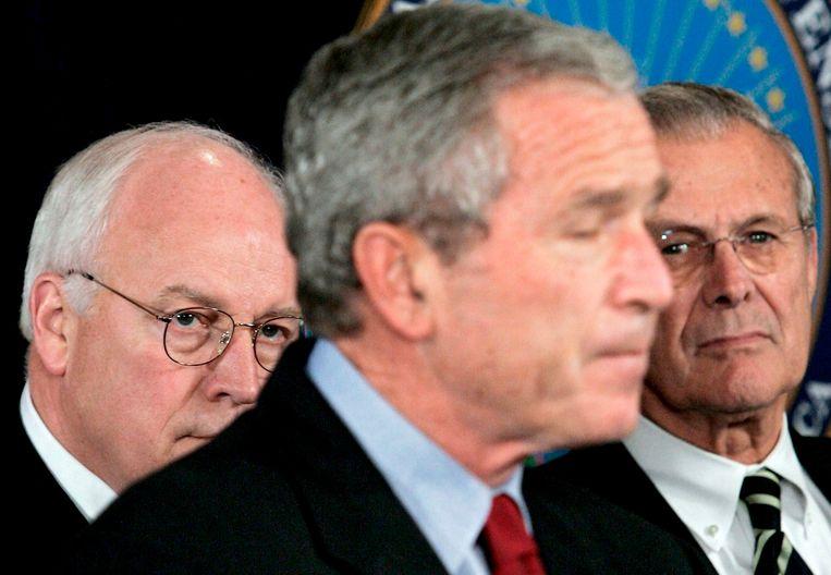 Foto uit 2005: toenmalig president George W. Bush geflankeerd door zijn vice-president Dick Cheney (links) en zijn defensieminister Donald Rumsfeld (rechts).